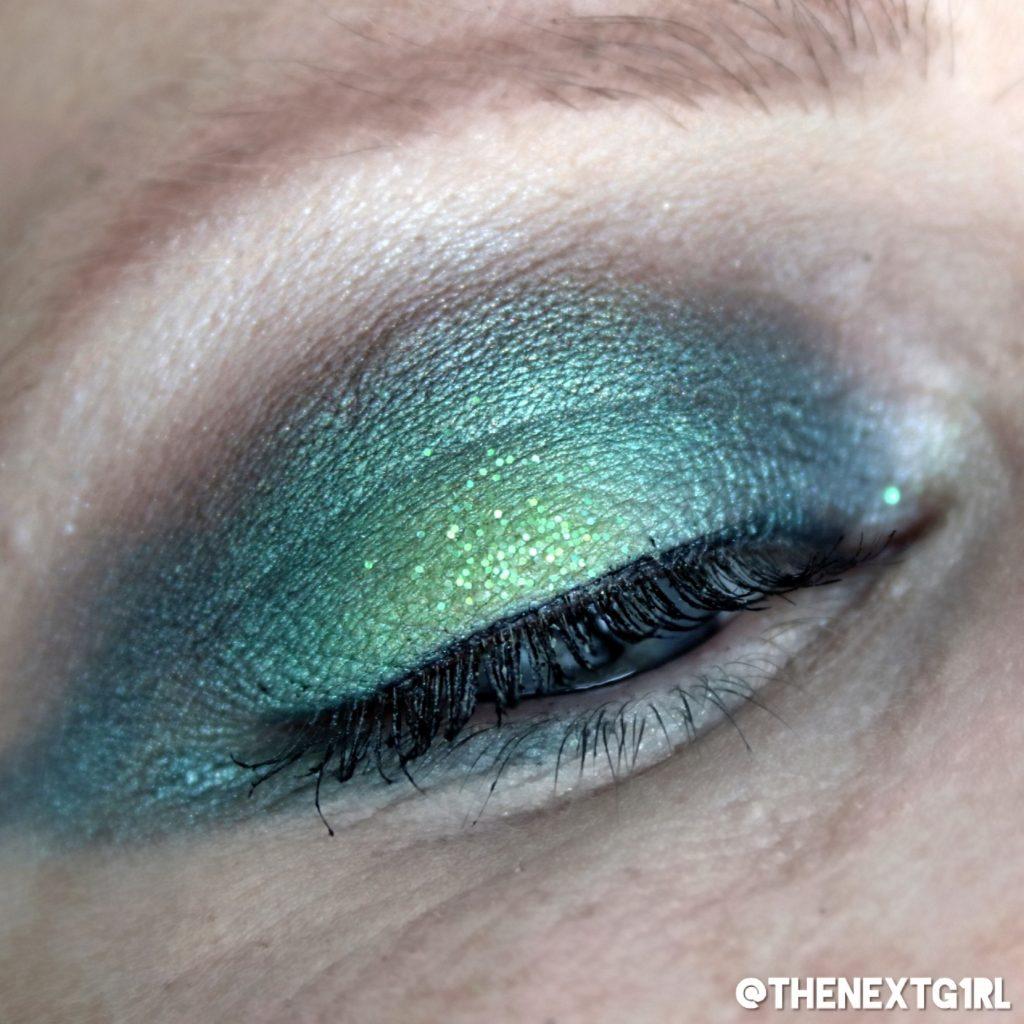 Groene ooglook gemaakt met single oogschaduws en glittergel