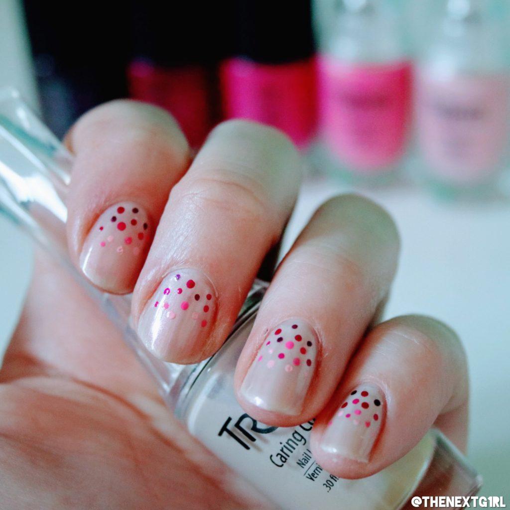 Dotted nailart met stipjes in roze en paars op nude witte basis