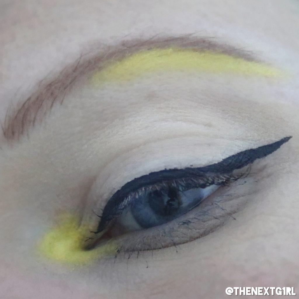 Ooglook met geel los pigment en zwarte eyeliner