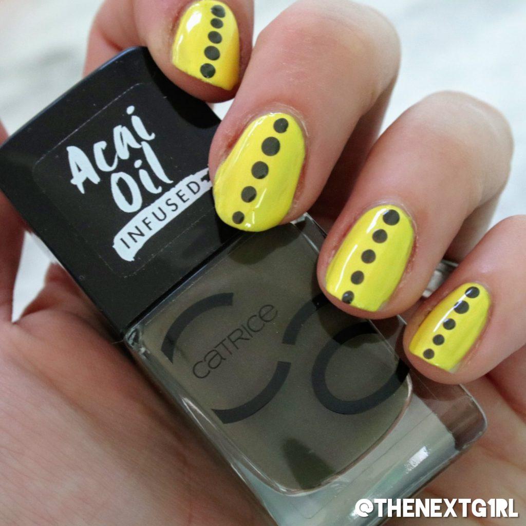 Manicure gelakte nagels geel met donkergroene stippen