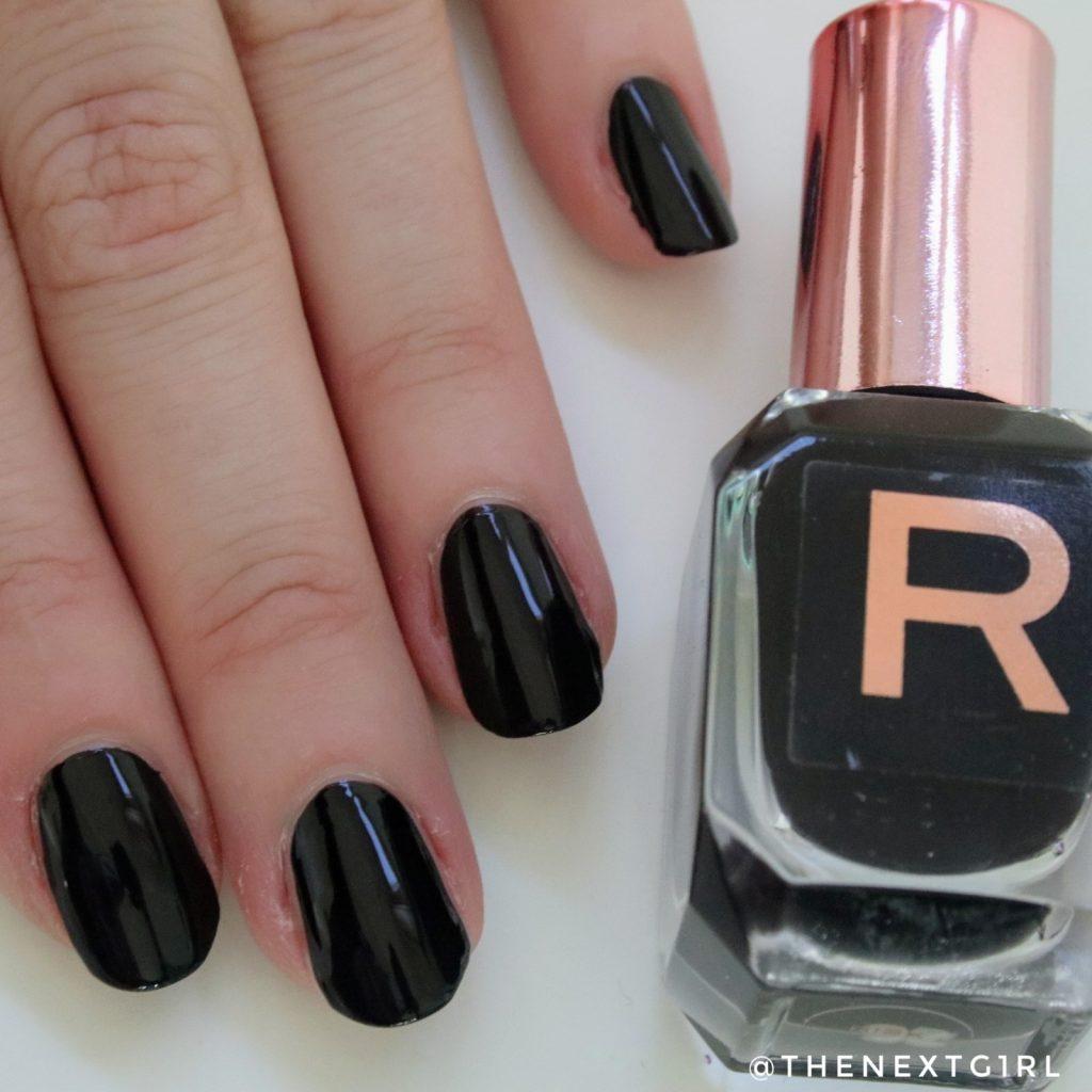 Makeup Revolution nagellak zwart Risk twee lagen