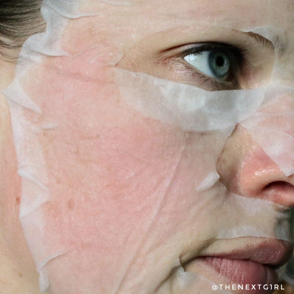 Benton Snail bee sheetmasker op gezicht