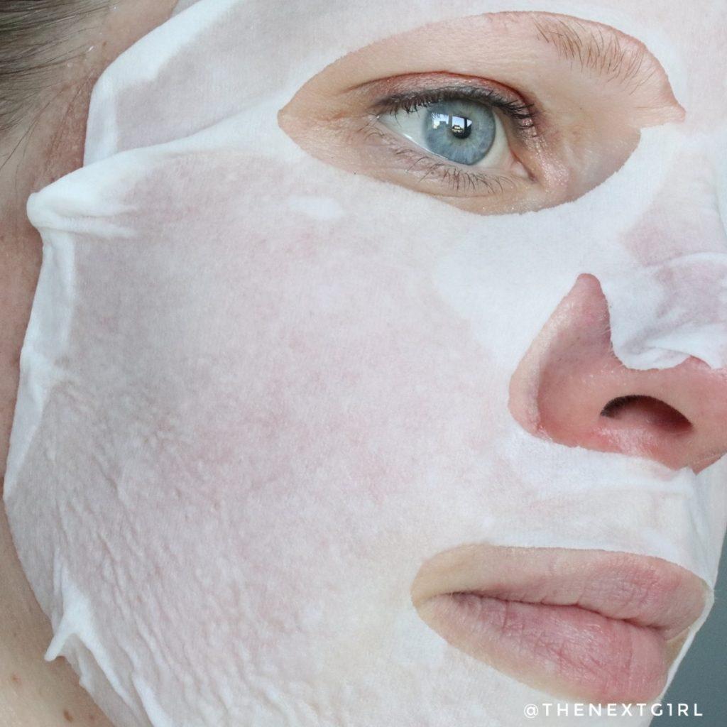 Benton Goodbye Redness sheetmasker op gezicht