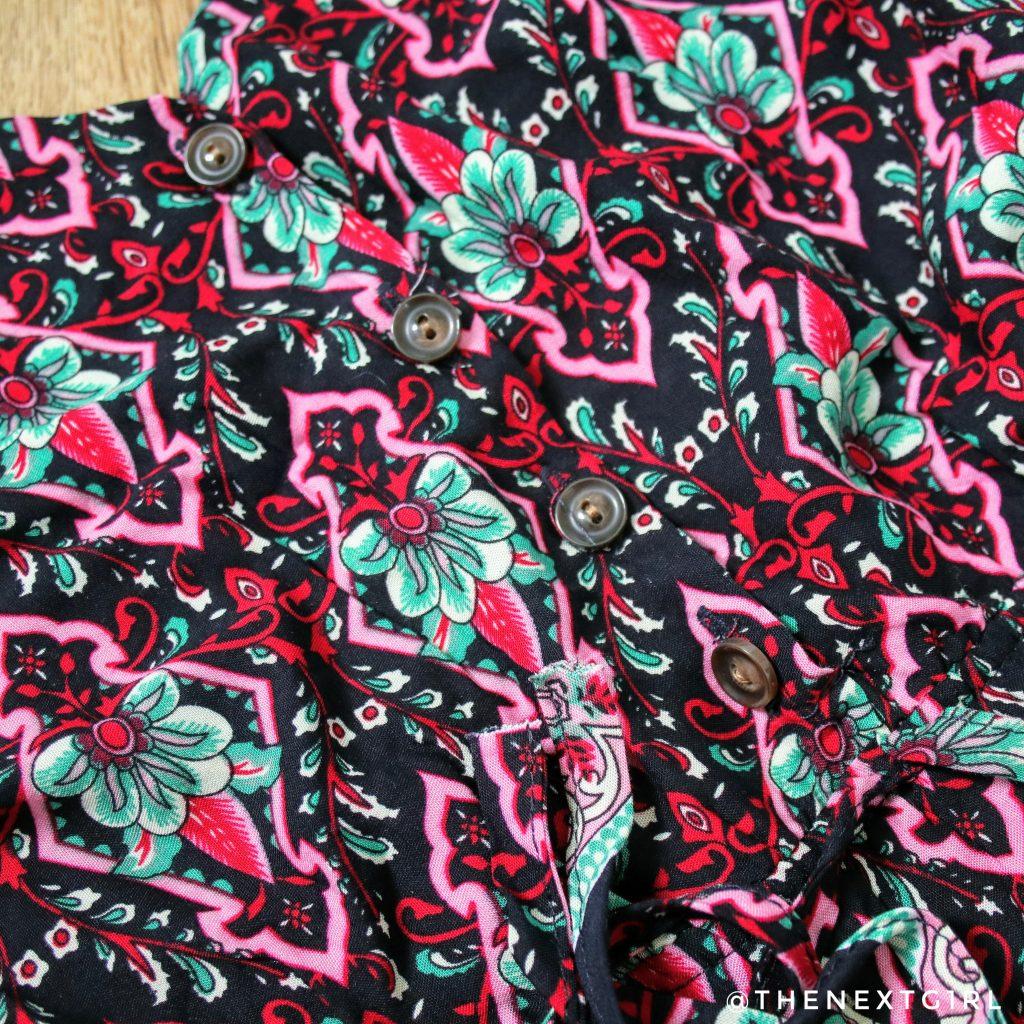 Details kleurig zomerjurkje knoopjes touwtjes