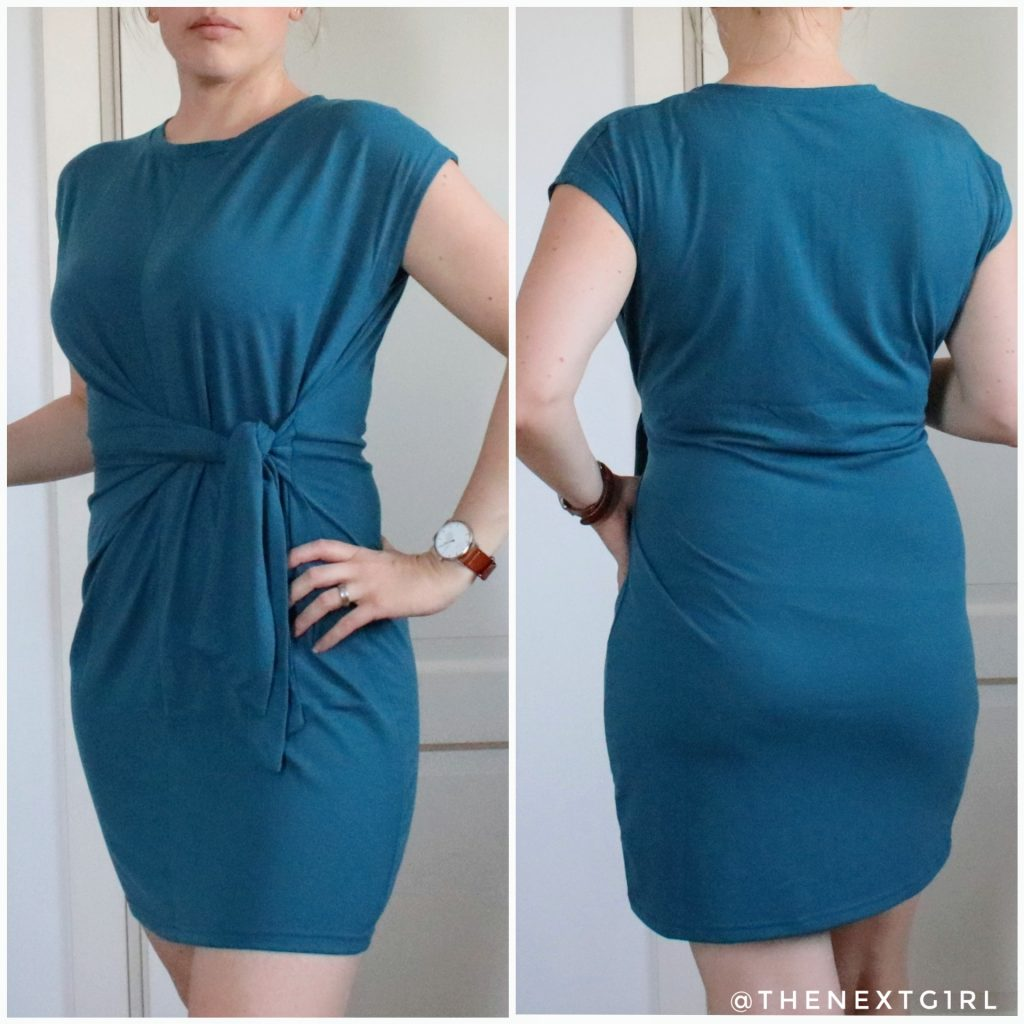 blauw jurkje geknoopt