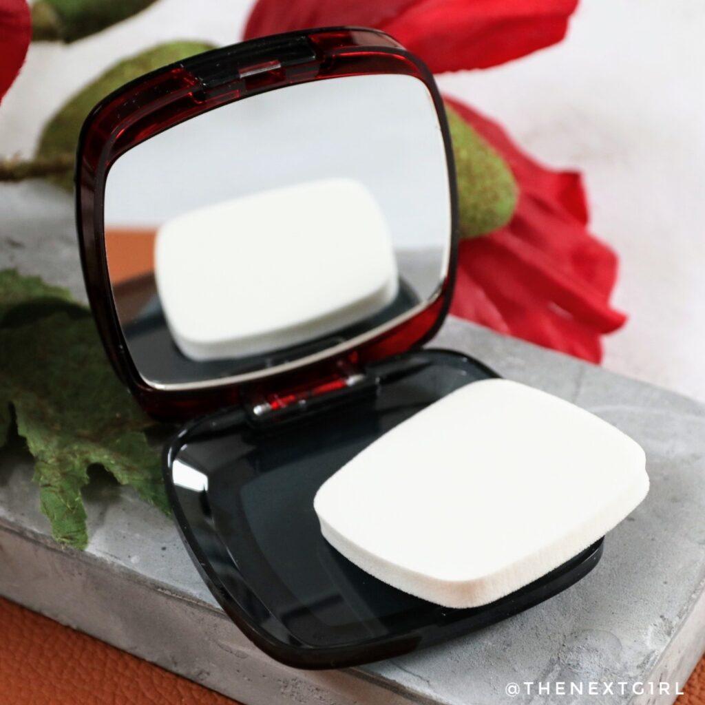Sponsje en spiegel in verpakking L'Oreal Infaillible powder foundation