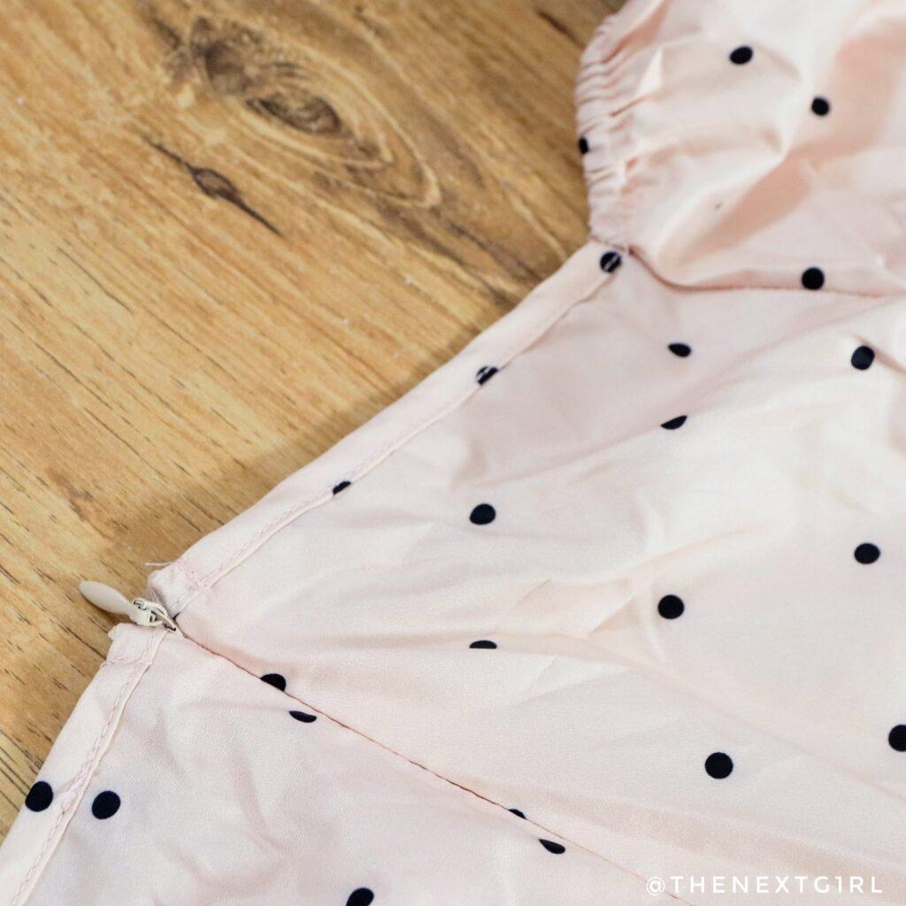 Detail zalmkleurig jurkje met stippen