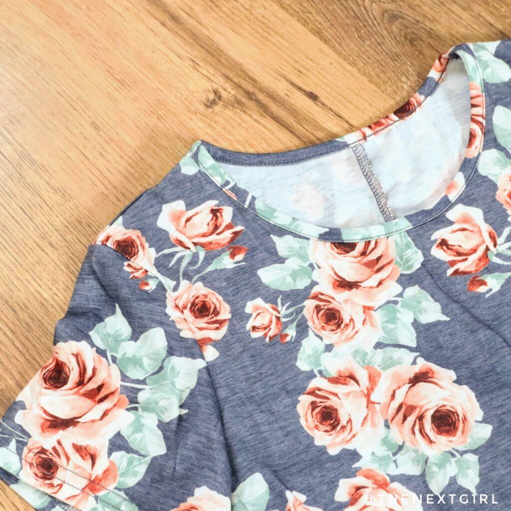 Detail fleurig jurkje van stretchy stof