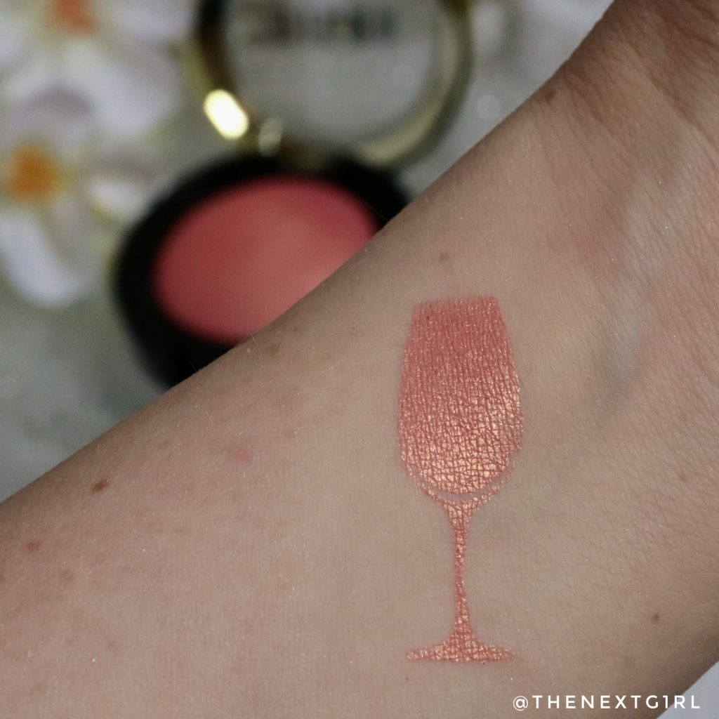 Swatch peachy gouden blush van Milani Cosmetics